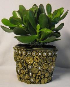 украшение горшка ракушками, камнями и керамикой