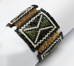 Широкие браслеты из бисера и бус
