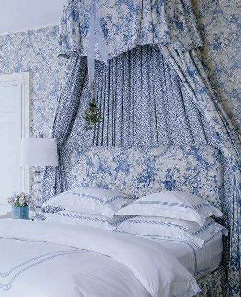Спальня с французскими принтами