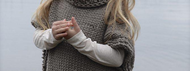 Стильная жилетка для девочки спицами