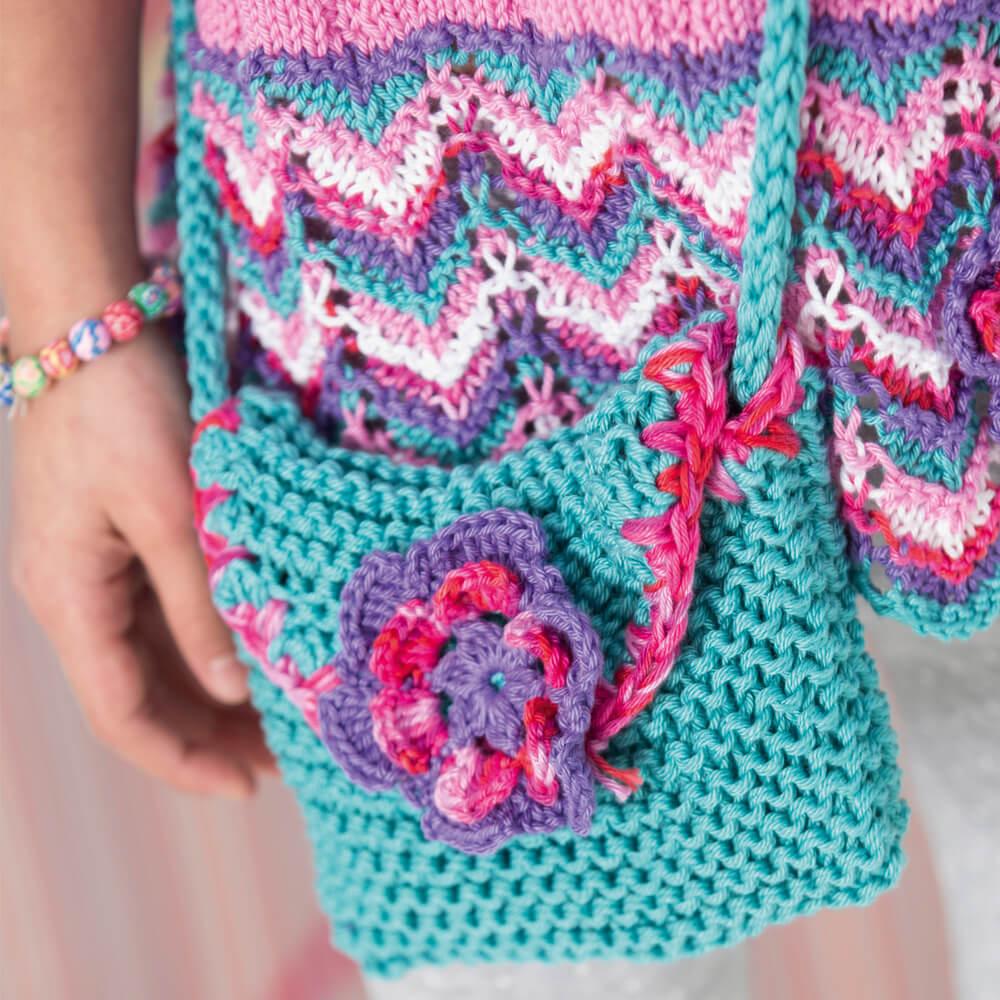 Маленькая сумочка спицами с цветком