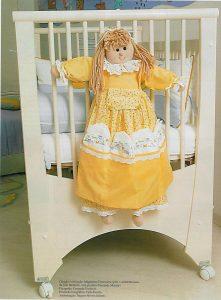 Кукла-пакетница - органайзер для детской кровати