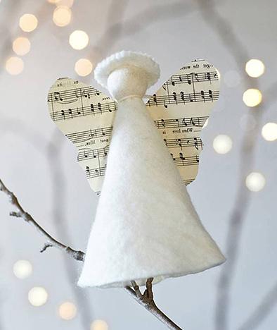 Музыкальный Ангел с крыльями из нотной бумаги